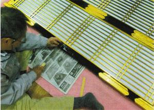 定規前の部分に閂の金具を設置するため、のこぎりで切るところ